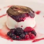 Mousse de yogur griego con chutney de frutos del bosque