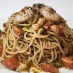"""Spaguetti """"aglio e olio"""" con tomate natural y gambas"""